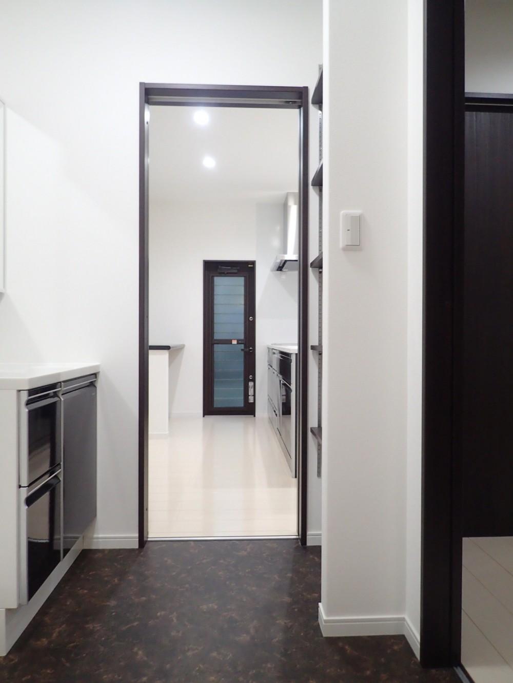 白と黒を基調としたシンプルモダンな家 (洗面室)