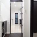 白と黒を基調としたシンプルモダンな家の写真 洗面室