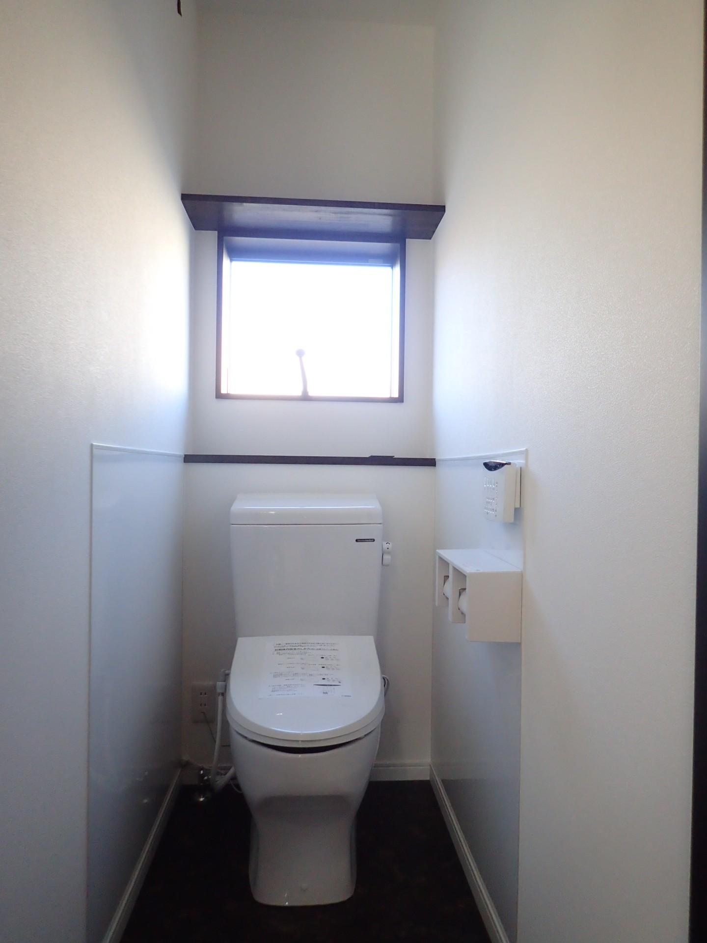 バス/トイレ事例:トイレ(白と黒を基調としたシンプルモダンな家)