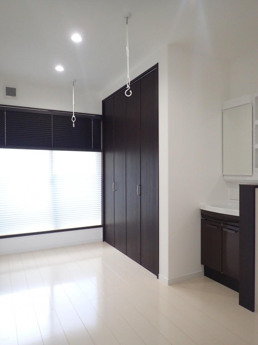 白と黒を基調としたシンプルモダンな家 (2階ホール)