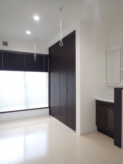 2階ホール (白と黒を基調としたシンプルモダンな家)