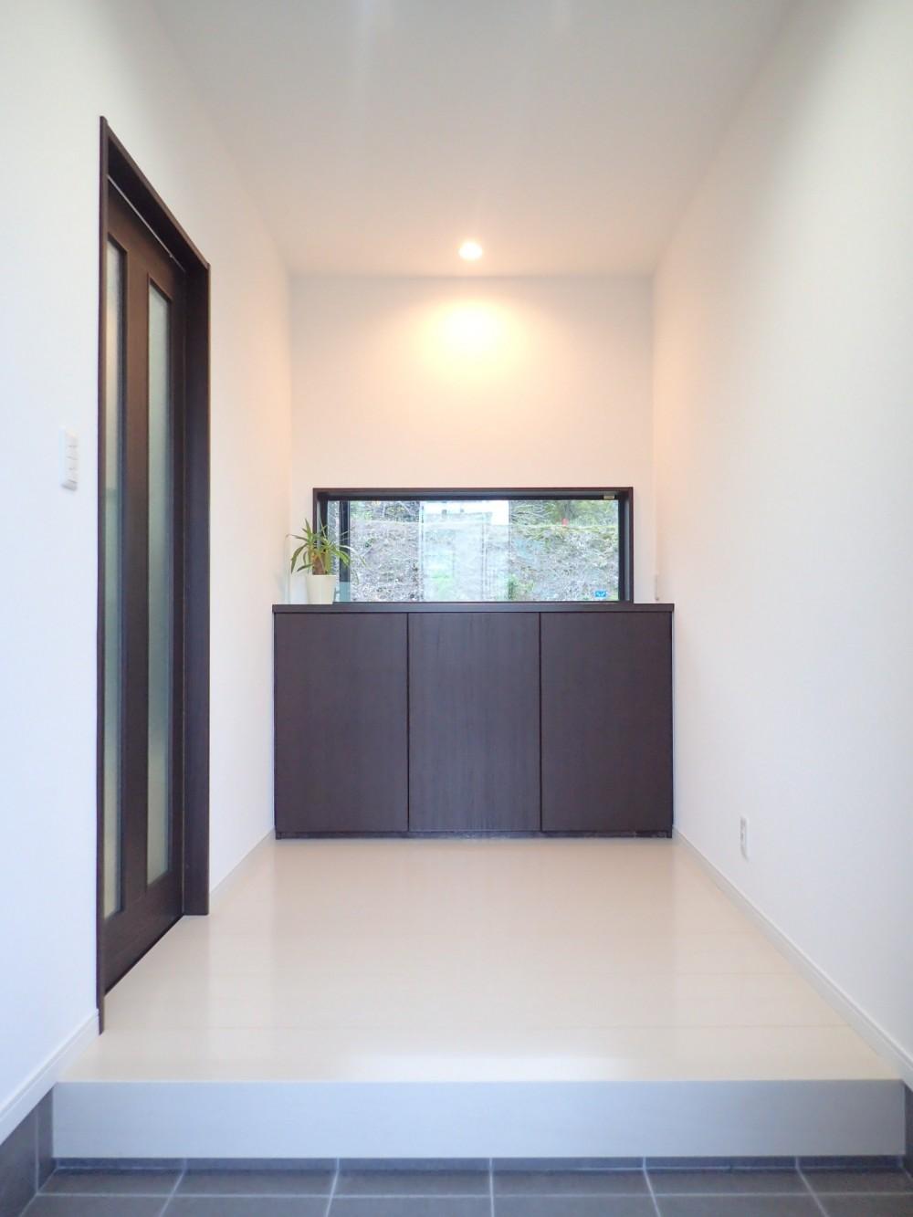 白と黒を基調としたシンプルモダンな家 (玄関ホール)
