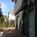 白と黒を基調としたシンプルモダンな家の写真 ウッドデッキ