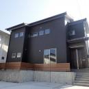 白と黒を基調としたシンプルモダンな家の写真 外観