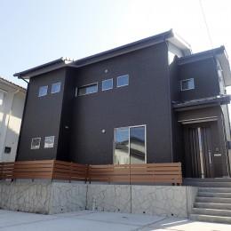 白と黒を基調としたシンプルモダンな家 (外観)