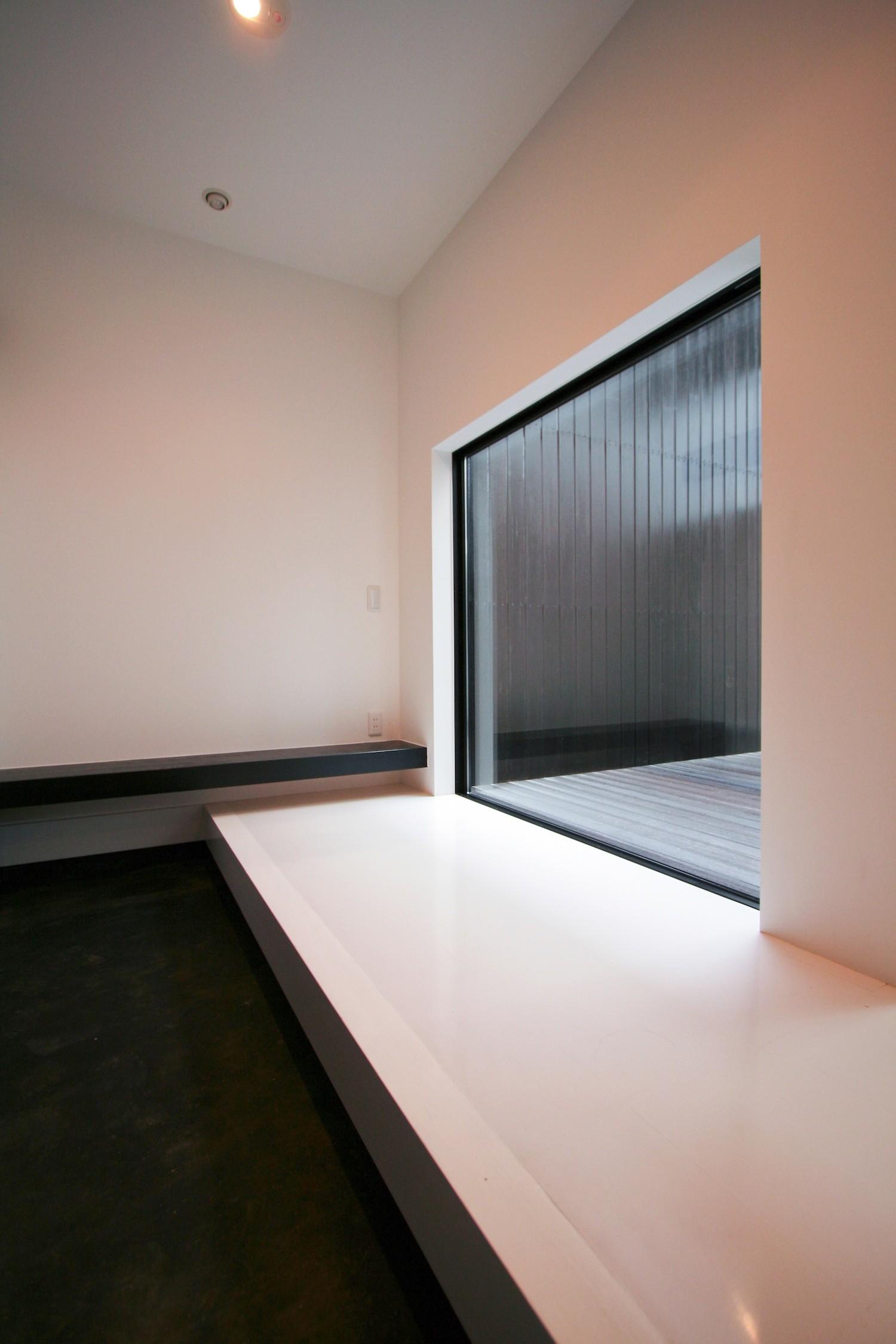 玄関事例:中庭を臨む玄関土間(中庭のある家 OUCHI-04)