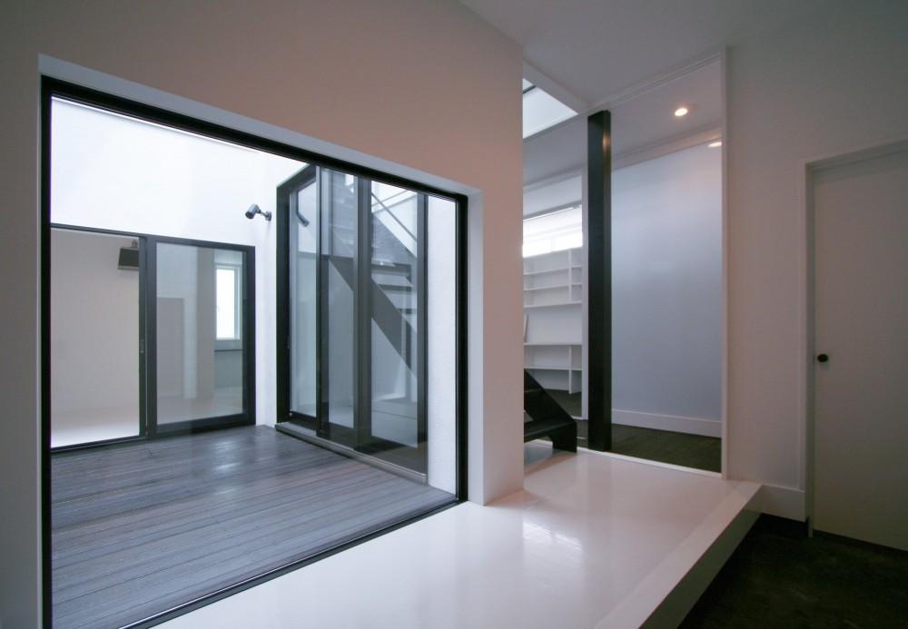 中庭のある家 OUCHI-04 (中庭を臨む玄関)