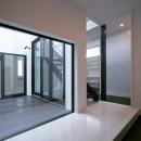 中庭のある家 OUCHI-04の写真 中庭を臨む玄関