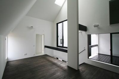 2階リビングと小バルコニー (中庭のある家 OUCHI-04)