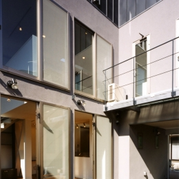 (西東京市)ひばりが丘の木造3階建ての家 (鉄骨製のバルコニーのある中庭)