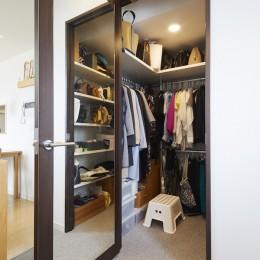 A邸-こだわりの収納と、家族それぞれの空間つくり (ウォークインクローゼット)