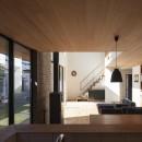 縁の繋がる家の写真 キッチンの正面に階段を