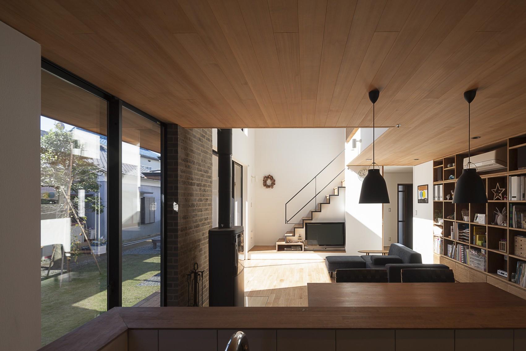リビングダイニング事例:キッチンの正面に階段を(縁の繋がる家)