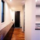 1階の玄関およびホール長い収納棚を設けています