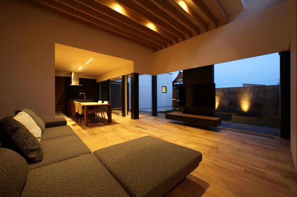 倫季の家(りんきのいえ)~自然光を取り込んだ平屋~ (落ち着いたリビングの夕景)