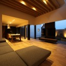 倫季の家(りんきのいえ)~自然光を取り込んだ平屋~の写真 落ち着いたリビングの夕景