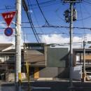 京都の中心でゆったりと時間の流れるプライベートコートを持つ生活空間 : 丸太町の住宅の写真 外観 街並みと