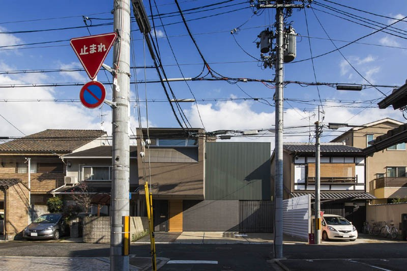 京都の中心でゆったりと時間の流れるプライベートコートを持つ生活空間 : 丸太町の住宅 (外観 街並みと)