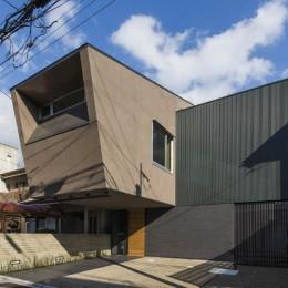 京都の中心でゆったりと時間の流れるプライベートコートを持つ生活空間 : 丸太町の住宅