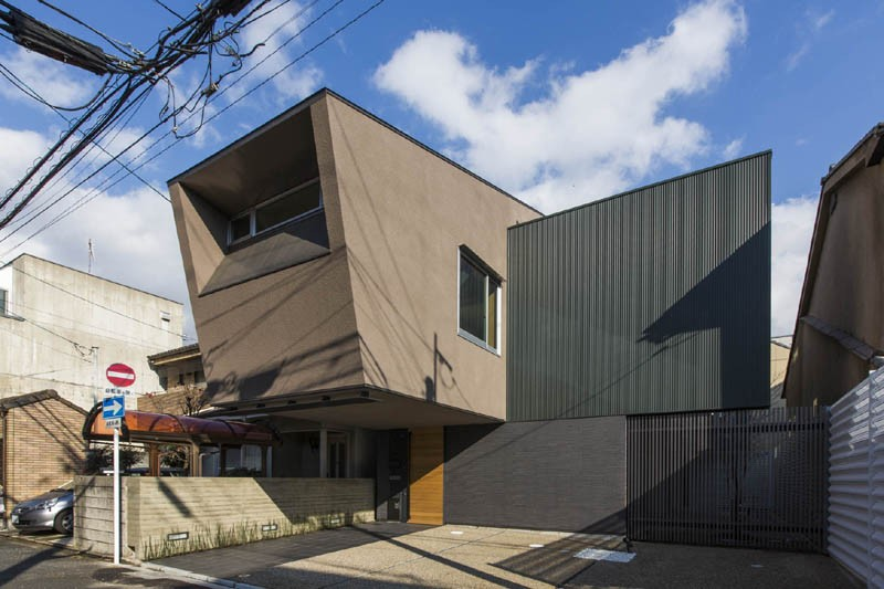 京都の中心でゆったりと時間の流れるプライベートコートを持つ生活空間 : 丸太町の住宅 (外観)