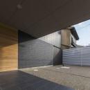 京都の中心でゆったりと時間の流れるプライベートコートを持つ生活空間 : 丸太町の住宅の写真 アプローチ 軒下