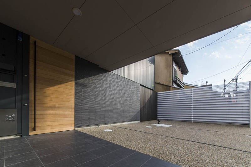 京都の中心でゆったりと時間の流れるプライベートコートを持つ生活空間 : 丸太町の住宅 (アプローチ 軒下)