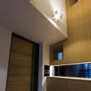 京都の中心でゆったりと時間の流れるプライベートコートを持つ生活空間 : 丸太町の住宅の写真 玄関ホール
