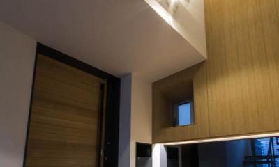 京都の中心でゆったりと時間の流れるプライベートコートを持つ生活空間 : 丸太町の住宅 (玄関ホール)