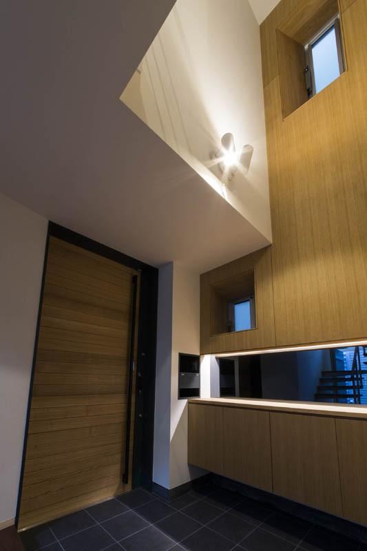 玄関事例:玄関ホール(京都の中心でゆったりと時間の流れるプライベートコートを持つ生活空間 : 丸太町の住宅)