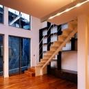 1階のリビングには鉄骨の階段がある