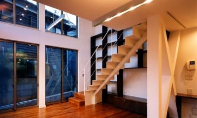 (西東京市)ひばりが丘の木造3階建ての家 (1階のリビングには鉄骨の階段がある)