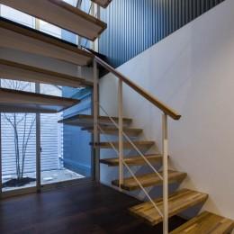 京都の中心でゆったりと時間の流れるプライベートコートを持つ生活空間 : 丸太町の住宅 (階段と吹抜け)