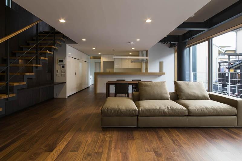京都の中心でゆったりと時間の流れるプライベートコートを持つ生活空間 : 丸太町の住宅 (リビングダイニング)