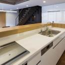 京都の中心でゆったりと時間の流れるプライベートコートを持つ生活空間 : 丸太町の住宅の写真 キッチン