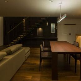 京都の中心でゆったりと時間の流れるプライベートコートを持つ生活空間 : 丸太町の住宅 (ダイニング)