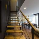 京都の中心でゆったりと時間の流れるプライベートコートを持つ生活空間 : 丸太町の住宅の写真 リビング階段