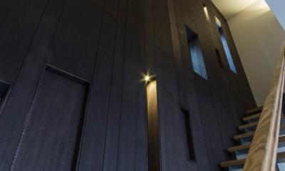 京都の中心でゆったりと時間の流れるプライベートコートを持つ生活空間 : 丸太町の住宅 (リビング階段)