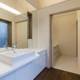京都の中心でゆったりと時間の流れるプライベートコートを持つ生活空間 : 丸太町の住宅 (サニタリー)
