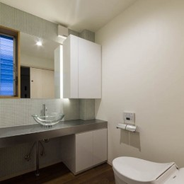京都の中心でゆったりと時間の流れるプライベートコートを持つ生活空間 : 丸太町の住宅 (トイレ)