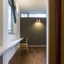 京都の中心でゆったりと時間の流れるプライベートコートを持つ生活空間 : 丸太町の住宅の写真 居室