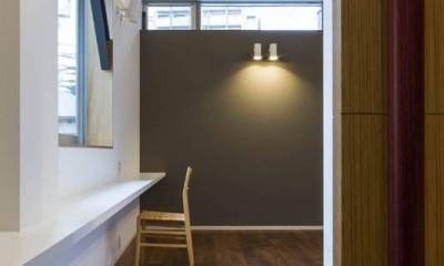 京都の中心でゆったりと時間の流れるプライベートコートを持つ生活空間 : 丸太町の住宅 (居室)