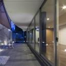 京都の中心でゆったりと時間の流れるプライベートコートを持つ生活空間 : 丸太町の住宅の写真 プライベートコート 夕景