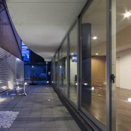 京都の中心でゆったりと時間の流れるプライベートコートを持つ生活空間 : 丸太町の住宅 (プライベートコート 夕景)