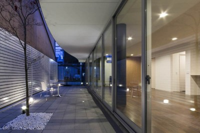 プライベートコート 夕景 (京都の中心でゆったりと時間の流れるプライベートコートを持つ生活空間 : 丸太町の住宅)