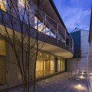 京都の中心でゆったりと時間の流れるプライベートコートを持つ生活空間 : 丸太町の住宅の写真 プライベートコート