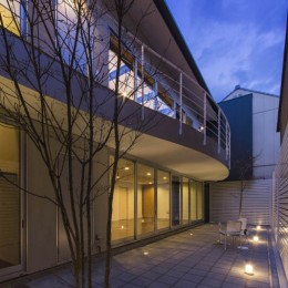 京都の中心でゆったりと時間の流れるプライベートコートを持つ生活空間 : 丸太町の住宅 (プライベートコート)