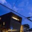 京都の中心でゆったりと時間の流れるプライベートコートを持つ生活空間 : 丸太町の住宅の写真 外観 夕景