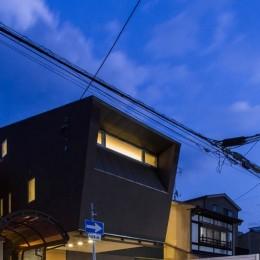 京都の中心でゆったりと時間の流れるプライベートコートを持つ生活空間 : 丸太町の住宅 (外観 夕景)