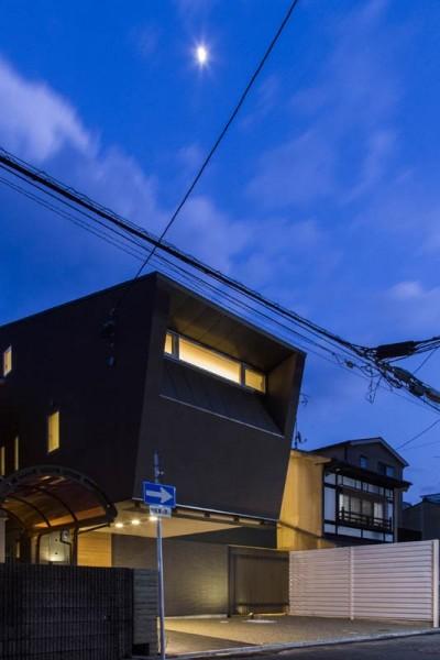外観 夕景 (京都の中心でゆったりと時間の流れるプライベートコートを持つ生活空間 : 丸太町の住宅)