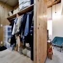 ラフだけどシンプル。ラーチ合板のボックスWTCと土間でつくる、ご夫婦のSOHO住まいの写真 ラーチ合板内のウォークスルークローゼット